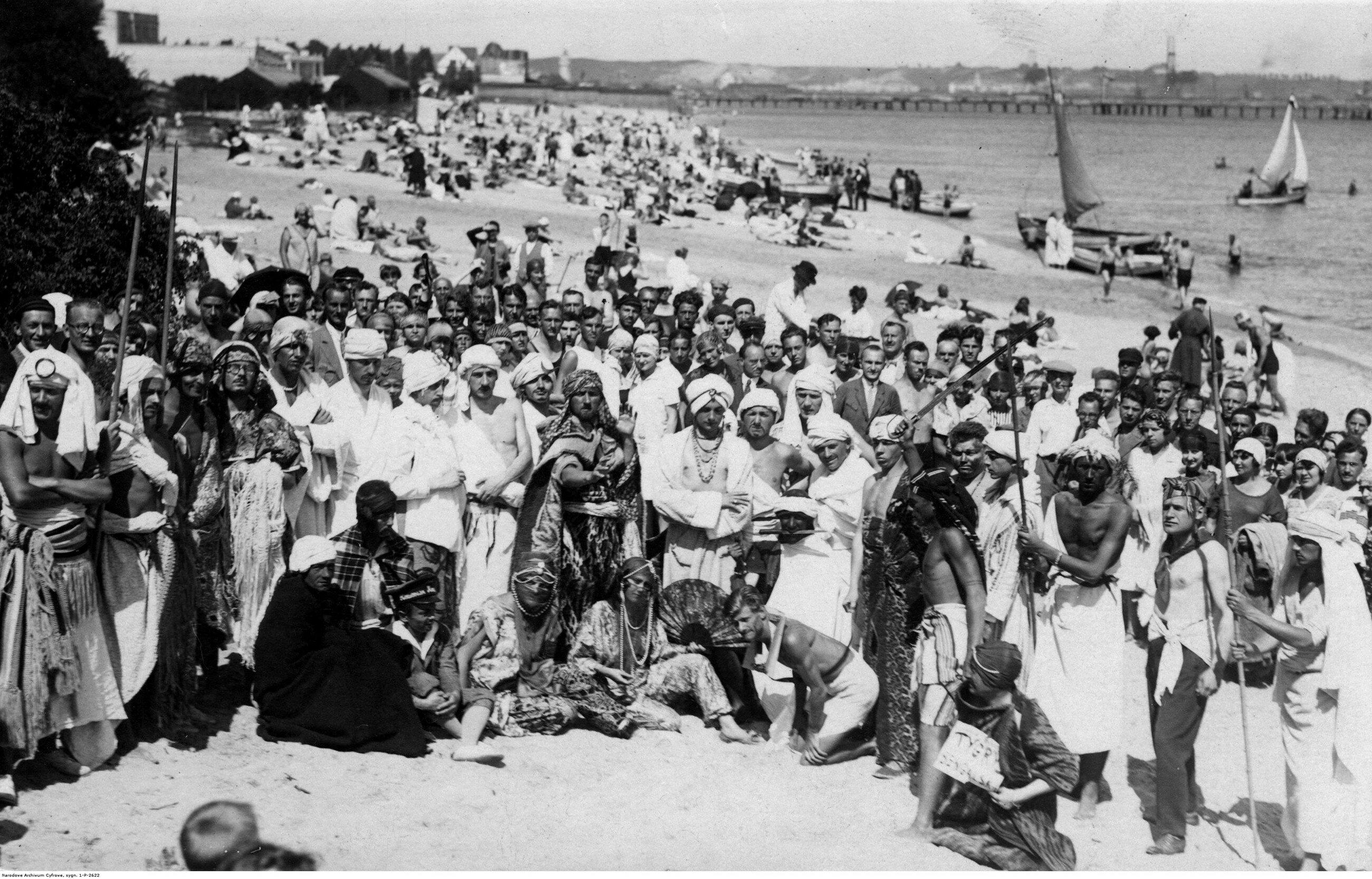 Gdynia 1927 r. Uczestnicy balu maskowego na plaży w Gdyni.