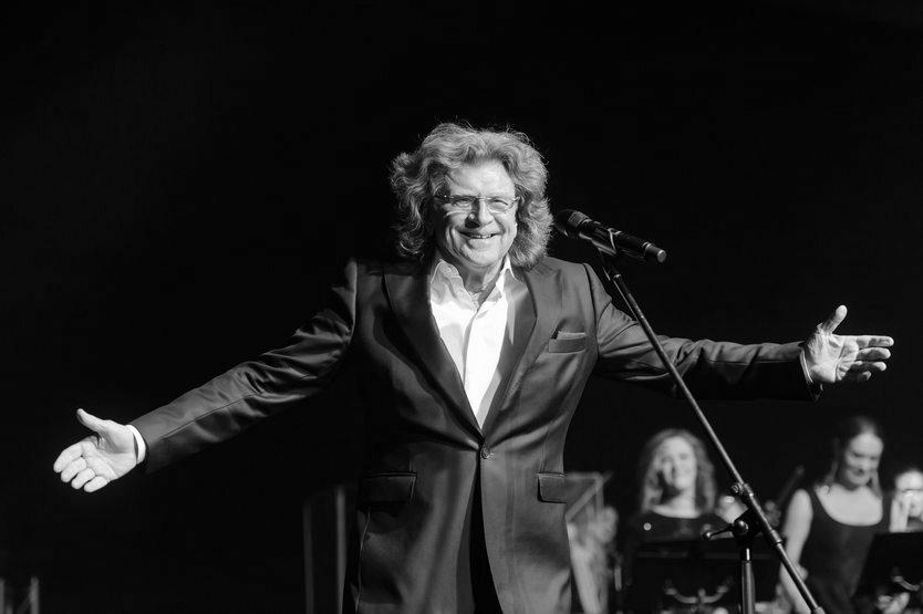 """Zbigniew Wodecki – polski piosenkarz, kompozytor i multiinstrumentalista. Znany między innymi z takich przebojów jak """"Zacznij od Bacha"""", """"Chałupy welcome to"""" czy """"Pszczółka maja"""". Zmarł 22 maja 2017 r."""