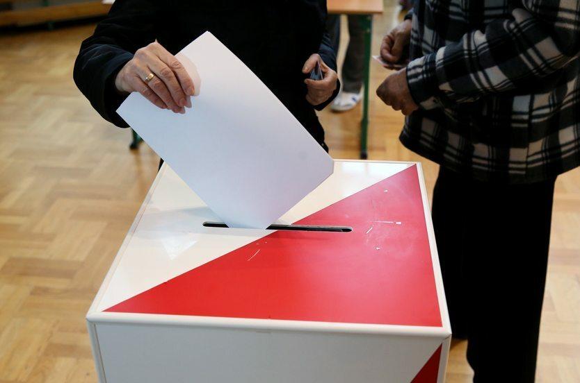 21.10. || Wybory samorządowe były pierwszym od 3 lat testem dla polityków. W sejmikach PiS odniósł zwycięstwo zdobywając 34 proc. poparcia, podczas gdy KO zdobyła niecałe 27 proc. Kandydaci PiS przegrali jednak we wszystkich większych miastach.