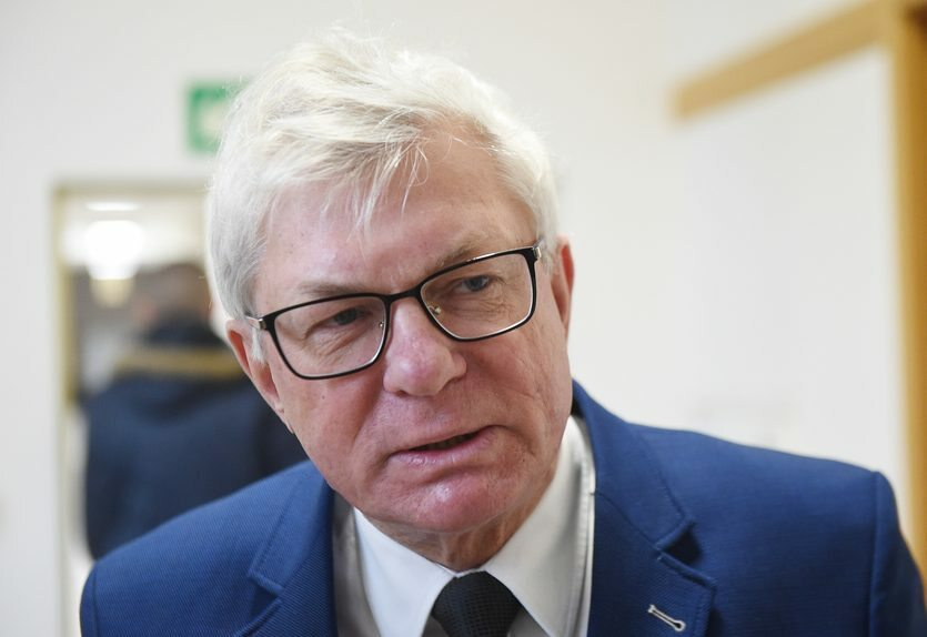Początkowo kandydatem SLD na prezydenta stolicy miał być Andrzej Celiński. W połowie lipca po tym jak polityk w wulgarny sposób zwrócił się publicznie do Jana Śpiewaka, Celiński ogłosił rezygnację z wyborów.