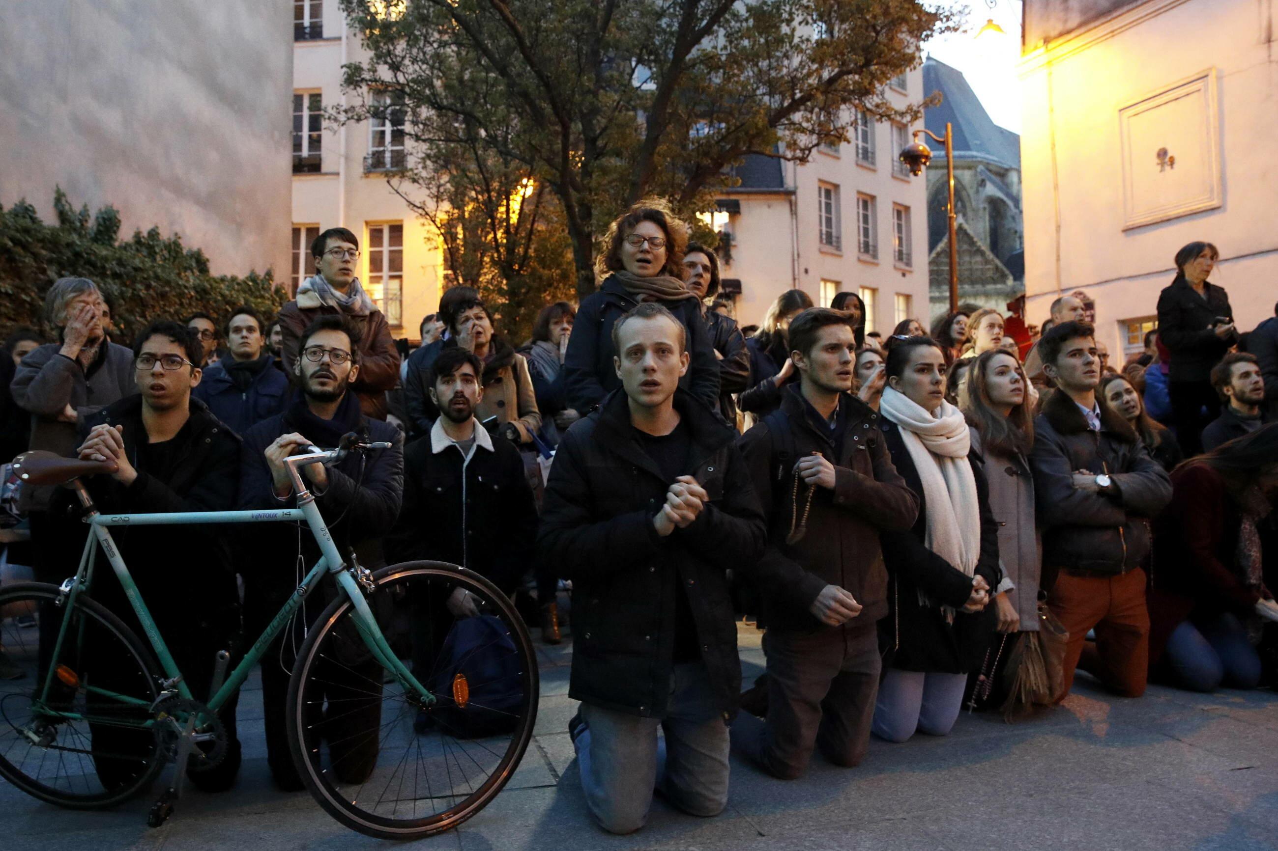 Francuzi modlą się przed katedrą Notre Dame